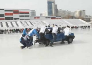 Russos inventam nova modalidade que junta curling e... carros