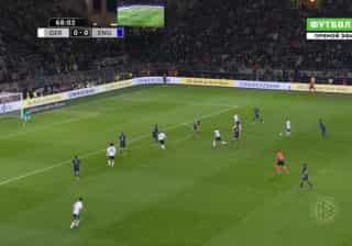 Em jogo de despedida, Lukas Podolski 'fuzila' baliza de Joe Hart