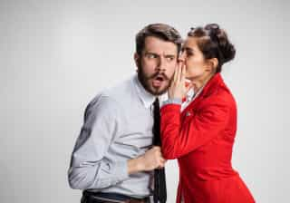 Como lidar com o colega de trabalho que espalha boatos sobre si