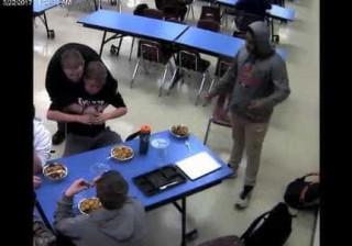 Imagens mostram jovem a salvar colega com manobra de Heimlich