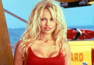 Pamela Anderson fica furiosa depois de ver foto antiga exibida