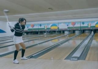 Fantástico 'strike' numa pista de bowling com taco e bola de golfe