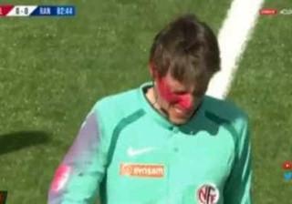 Adepto invade campo e atinge árbitro na cara com spray