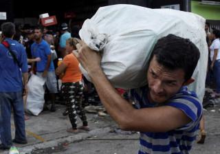 Governo distribui quase dez mil sacos de comida em Caracas