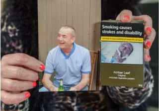 Diz ter encontrado imagens do pai em maços de tabaco. Ficou em choque