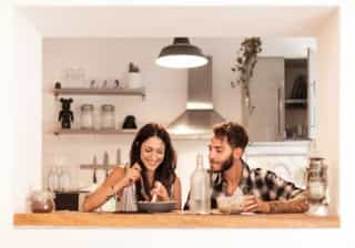 Estudo diz que ter estes dois hábitos ao jantar previne o ganho de peso