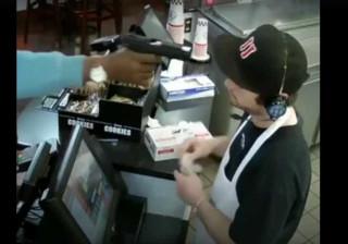Empregado mantém calma impressionante durante assalto