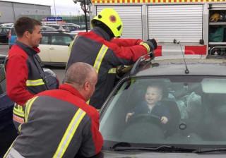 Trancou-se no carro, colocou-se ao volante e adorou a experiência