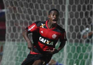 Vinicius Junior, pérola de 16 anos, assina pelo Real Madrid