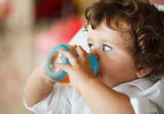 Crianças com menos de um ano não devem beber sumo de fruta