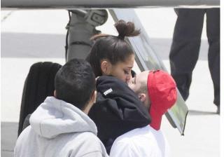 Após os ataques, Ariana Grande é recebida pelo namorado
