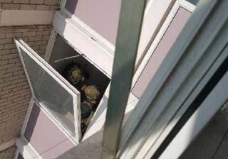 Polícia britânica cerca bloco de apartamentos. Moradores não podem sair