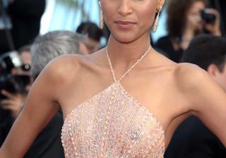 Modelo francesa exibe corpo em vestido revelador
