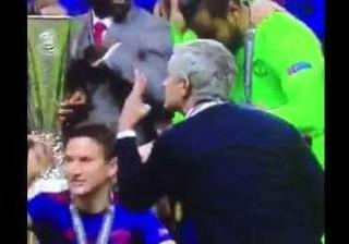 Mourinho disse aos jogadores para levantarem três dedos. Porquê?