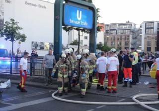 Carro atropela várias pessoas e entra em estação de metro em Berlim