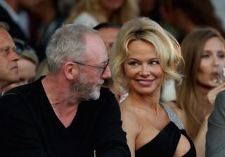 Pamela Anderson volta a chamar a atenção. Desta vez pelo ousado decote