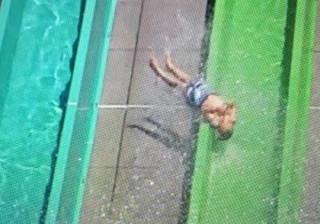 Criança projetada de escorrega em parque aquático nos Estados Unidos