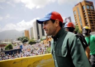 """Capriles diz que sofre """"emboscada"""" de militares no final de um protesto"""