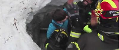"""Mãe e filho sobreviventes de avalanche """"estão bem"""". Vídeo mostra resgate"""