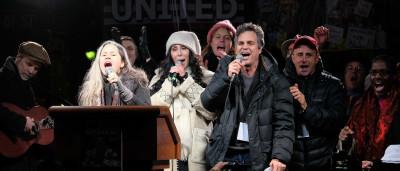 Alec Baldwin, Cher e Robert de Niro juntos em protesto contra Trump