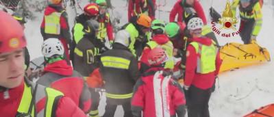 Três crianças resgatadas e oito sobreviventes localizados entre escombros