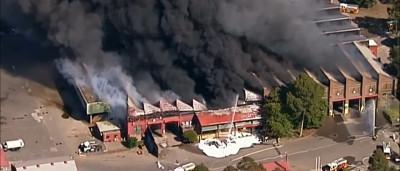 Gigantesco incêndio destrói centro de reciclagem na Austrália