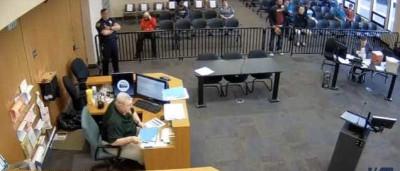 Durante julgamento sobre multa de trânsito deixa cair saco com droga