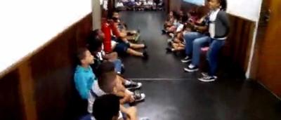 Professor toca viola para acalmar crianças que se escondem de tiroteio