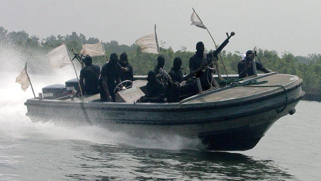 Navio com pavilhão suíço é atacado e 12 tripulantes sequestrados