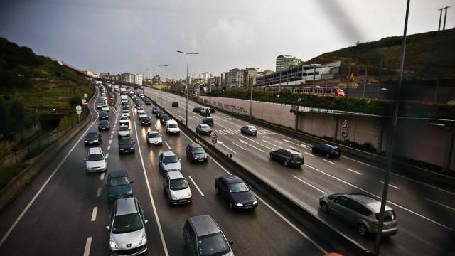 Trânsito cortado no IC19 sentido Lisboa-Sintra devido a despiste
