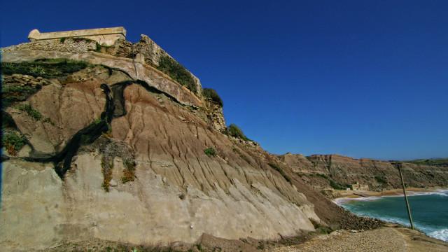 Forte em risco de derrocada por erosão da arriba na praia de Paimogo