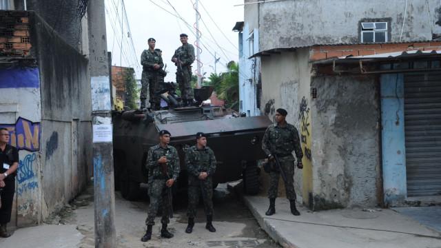 Militares abandonam comando das forças de segurança no Rio de Janeiro