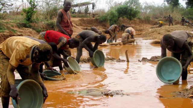 Moçambique: Garimpeiros de pedras preciosas financiam homens armados