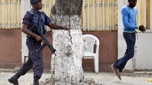 Policia angolano suspeito de abater assaltante fica em prisão preventiva