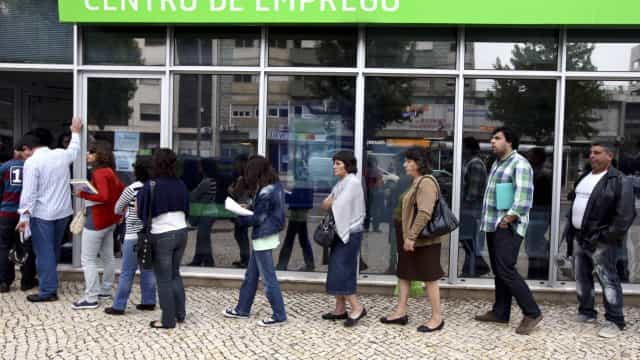 Número de desempregados inscritos cai para mínimo de quase 16 anos