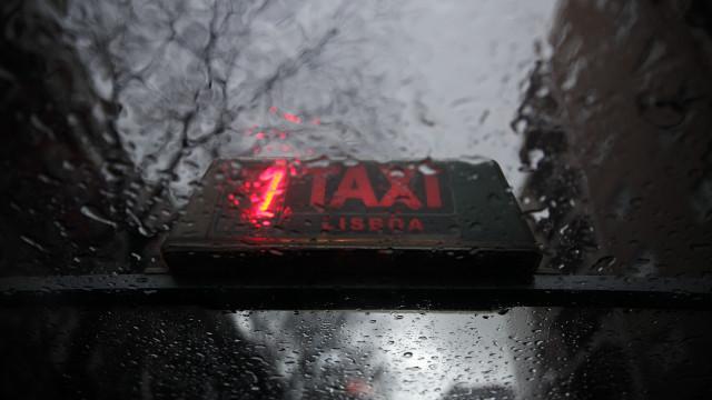 Contingentes e poucos concursos para licenças restringem oferta de táxis