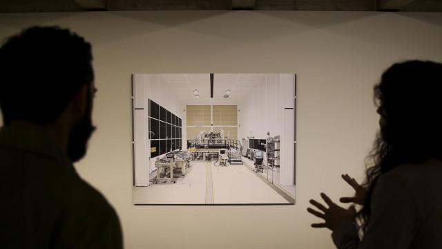 Fotografias de Edgar Martins em exposição de obras eitas por presidiários