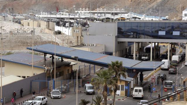 Cerca de 200 migrantes passam posto fronteiriço de Ceuta a correr