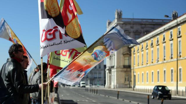 """Frente Comum """"acampa"""" junto às Finanças pela integração dos precários"""