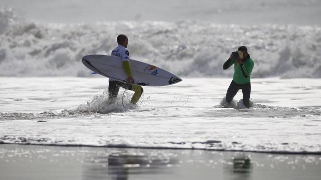 Surfistas queixam-se de restrições nas praias da Costa de Caparica