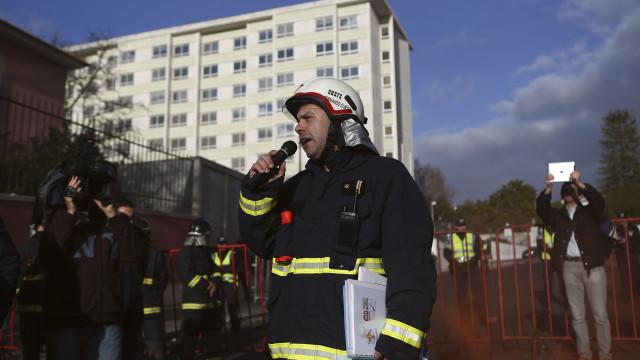 Bombeiros profissionais protestam contra estatuto proposto pelo Governo