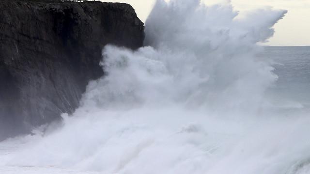 Leslie será tempestade tropical e pode trazer ventos históricos