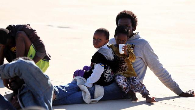 137 migrantes clandestinos intercetados ao largo da costa líbia