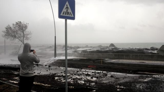 Agravamento do estado do tempo condiciona estradas nos Açores