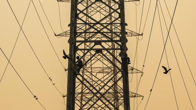 Leslie deixou linhas de alta tensão fora de serviço e milhares sem luz