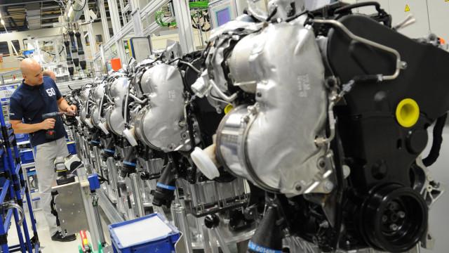 Merkel acusa indústria automóvel por falta de soluções para o diesel