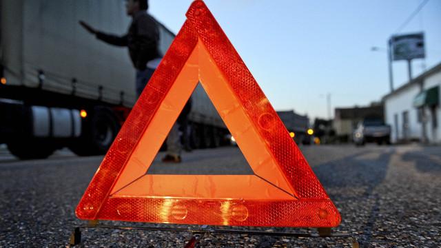 Autoestrada A17 continua cortada mais de 12 horas após despiste