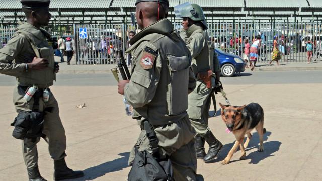 Polícia mandar despir 't-shirts' contra pagamento de dívidas ocultas