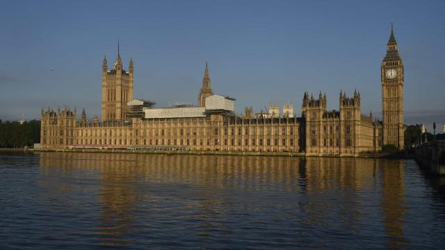 Parlamento britânico aprova moção que acusa Governo de desrespeito