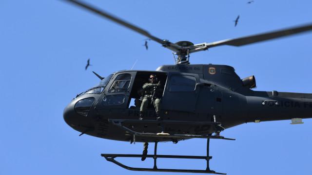 Helicóptero da polícia cai no mar no Rio de Janeiro